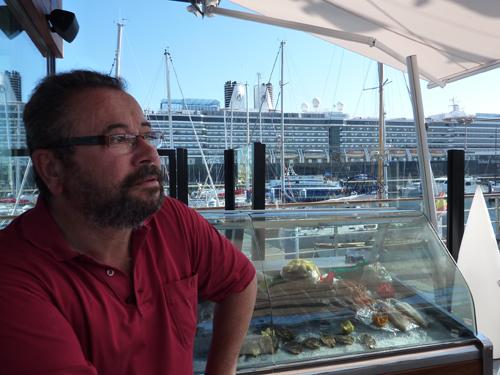 Mi amigo Ángel en la terraza de Varadero Food&Drink La Coruña con el trasatlántico Noordam de fondo