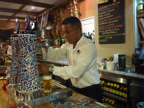 El dominicano Fausto sirve unas buenas cañas de Estrella Galicia