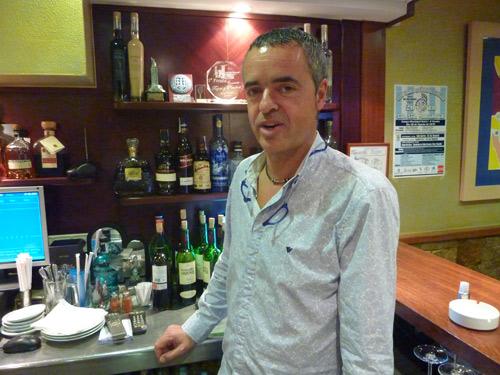 Restaurante y Mesón Manolito en La Coruña. Manolito Souto y sus trofeos