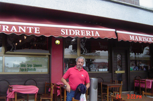 Pablo delante del restaurante El Campanu