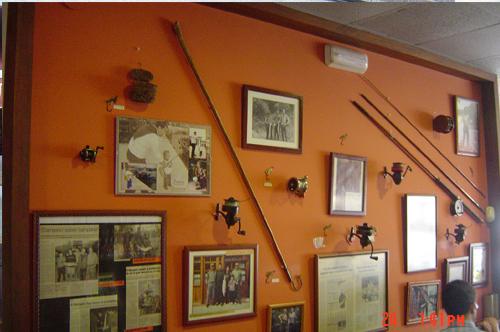 En sus paredes cuelgan fotos, cañas y demás artilugios de pesca