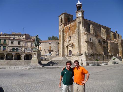 Alejandro y Alejandro jr. en la Plaza Mayor de Trujillo