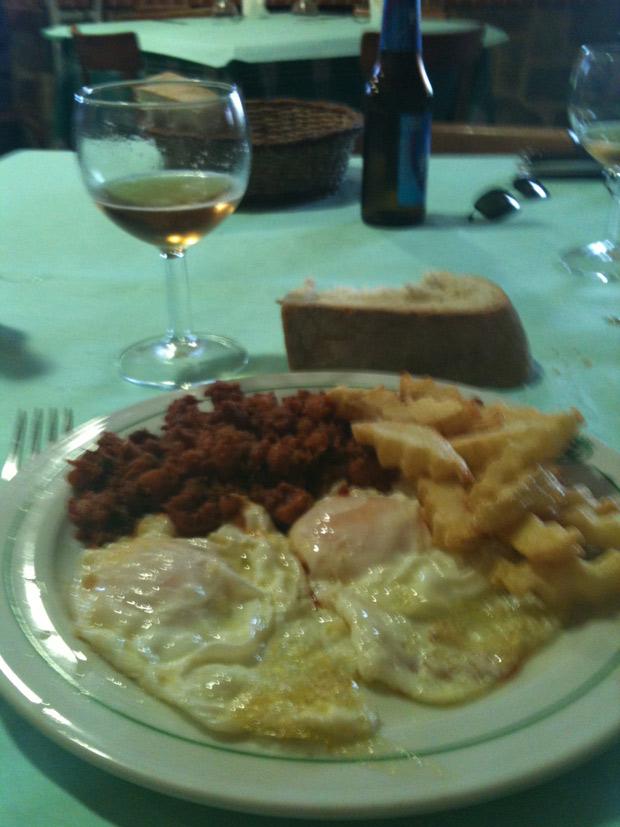 Huevos fritos con patatas y zorza