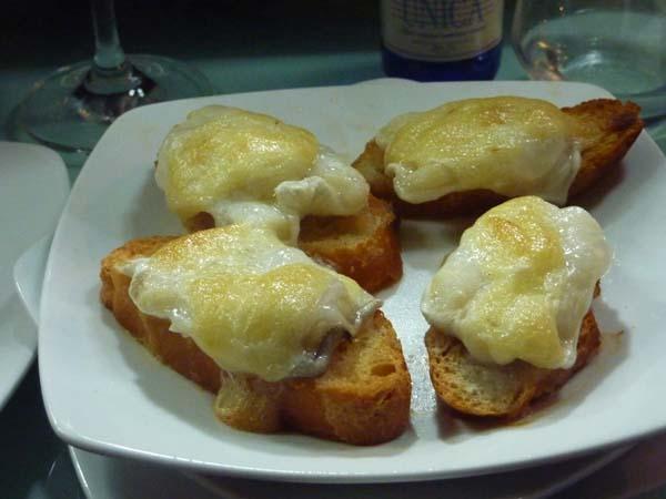 Tostas de cocochas con queso emental