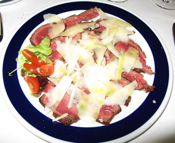 roast beef de solomillo de buey con virutas de queso parmesano y especiado con hierba de albahaca y unas escamas de sal Maldon