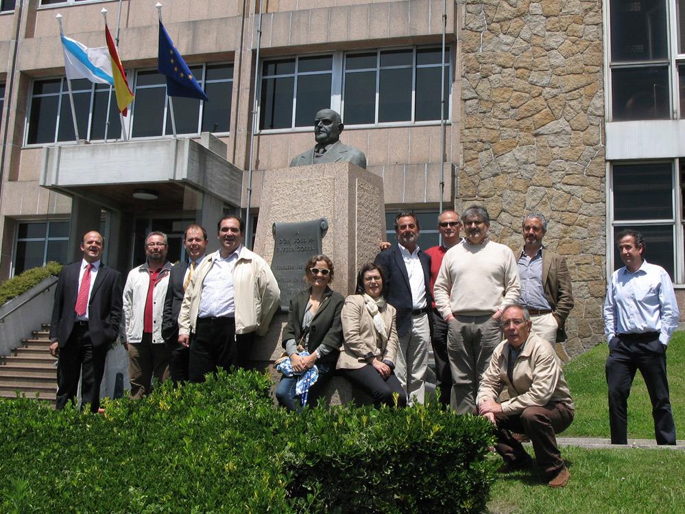 El grupo de visitantes posa junto al monolito del fundador josé Mº Rivera Corrales