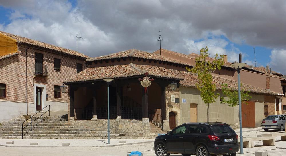Fachada principal del Mesón los Templarios en la plaza mayor
