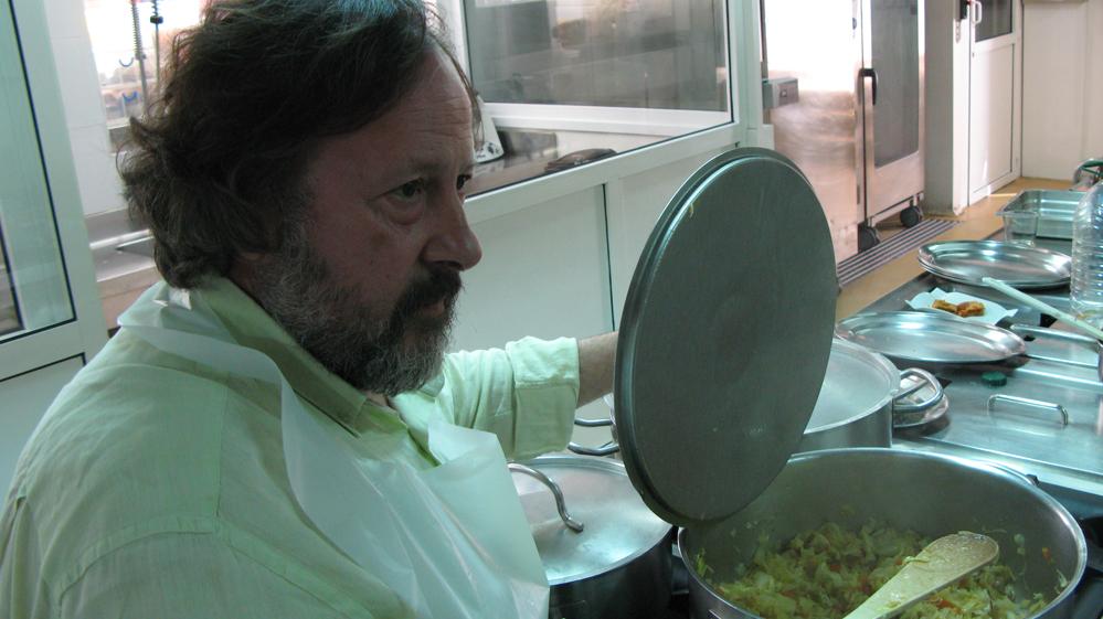 Xoti de Luis cocinando la guarnición de repollo, puerros medianos, cebolla, zanahorias.