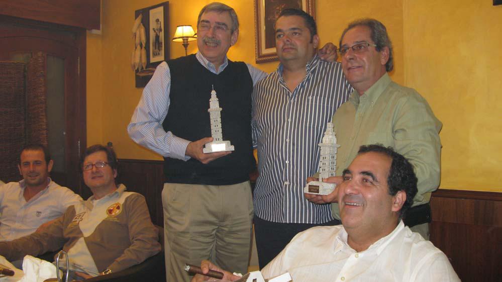 El presidente del Club de fumadores Viñales hace entrega de una Torre de Hércules como recuerdo de su paso por el Club.