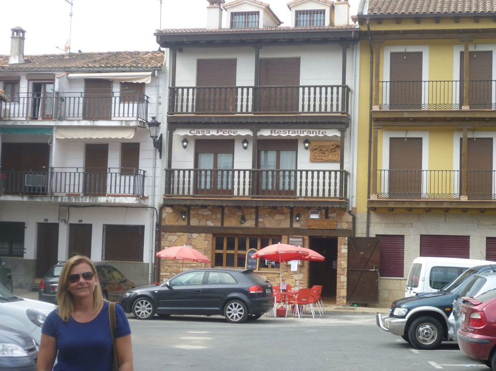 Begoña ante la fachada del restaurante Casa Pepe