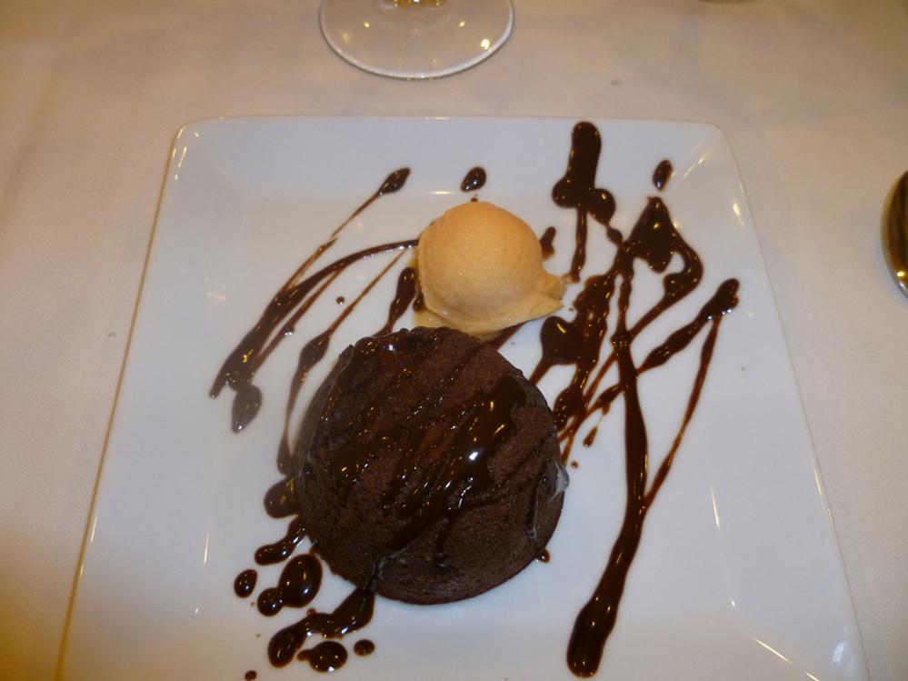 Soufflé de chocolate y helado de mandarina