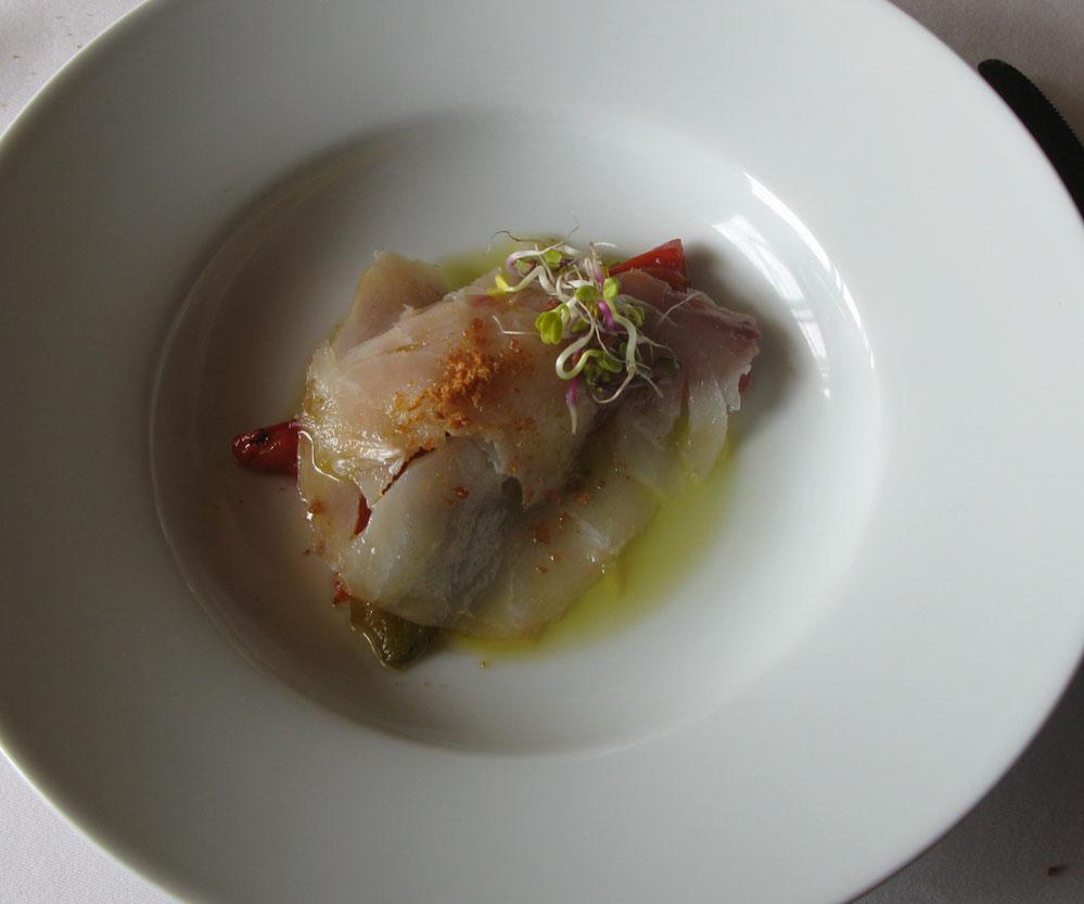 Un menú degustación en el Comei Bebei de Oleiros en A Coruña. Bacalao con aceite de trufa y polvos de jamón