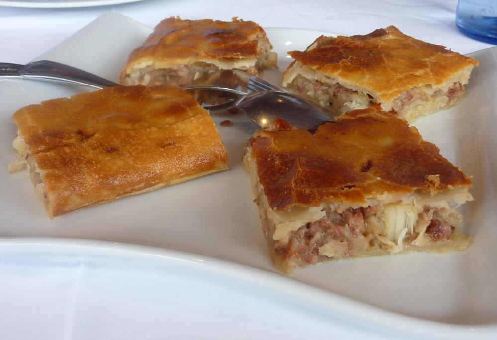 Casa Pena Refugio Gastronómico de Moeche. Empanada de zamburiñas y jamón