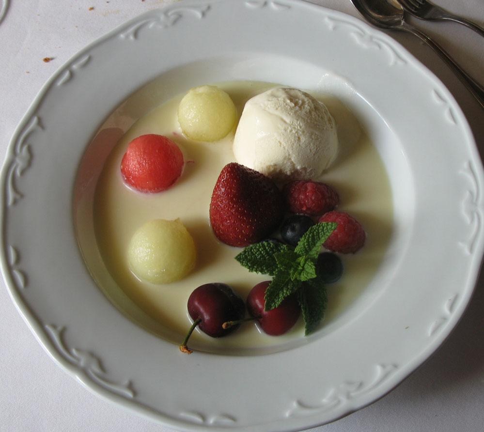Un menú degustación en el Comei Bebei de Oleiros en A Coruña. sopa de chocolate blanco