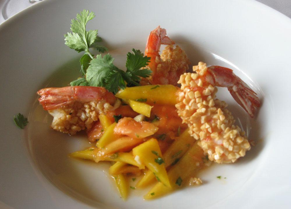 tempura de papalla y mango aliñado con langostinos