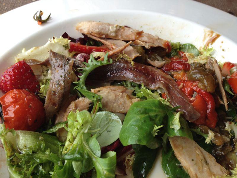 Restaurante Furna en la vila de Caion en Laracha. Ensalada de anchoas