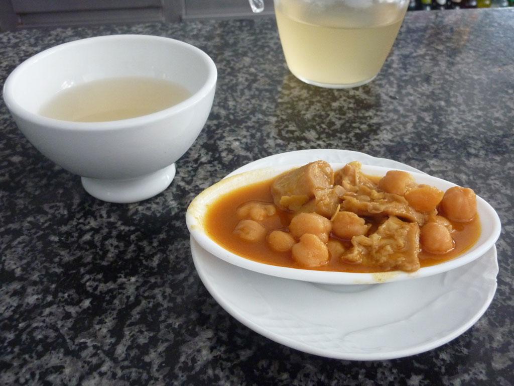 Restaurante  Beiramar en pueblo de Caion en Laracha. Taza de ribeiro y tapa de callos