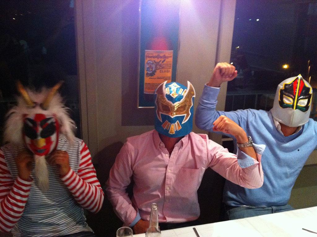 los camareros lo viven tanto que nos dejaron unas máscaras tradicionales mexicanas!