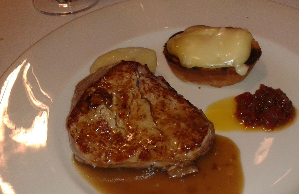 Restaurante A Gabeira en Valón Ferrol, solomillo de ternera con compota de pimientos y tosta de queso de Arzúa