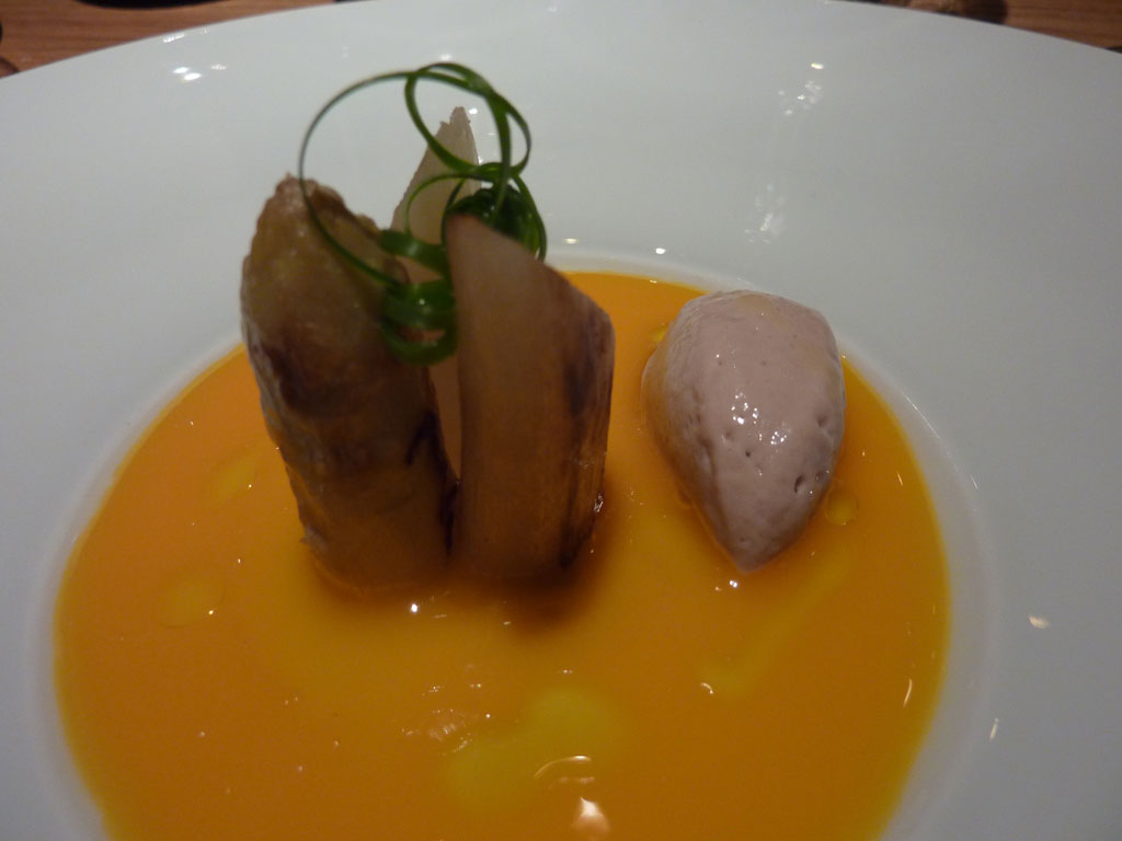 Árbore da Veira by Luis Vieira. Esparragos blancos, yema de huevo, helado de anchoa y aceite arbequina