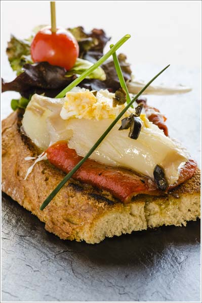 Tosta de pan de pueblo, bacalao ahumado, pimientos asados, huevo duro rallado y aceite de olivas negras - Comei Bebei - jornadas bacalao