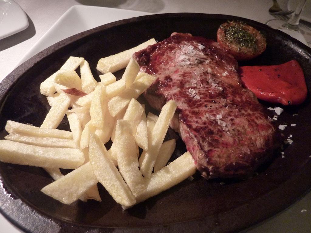 Puerta Real restaurante asador . Lomo de buey a la parrilla con tomate provenzal y patatas fritas