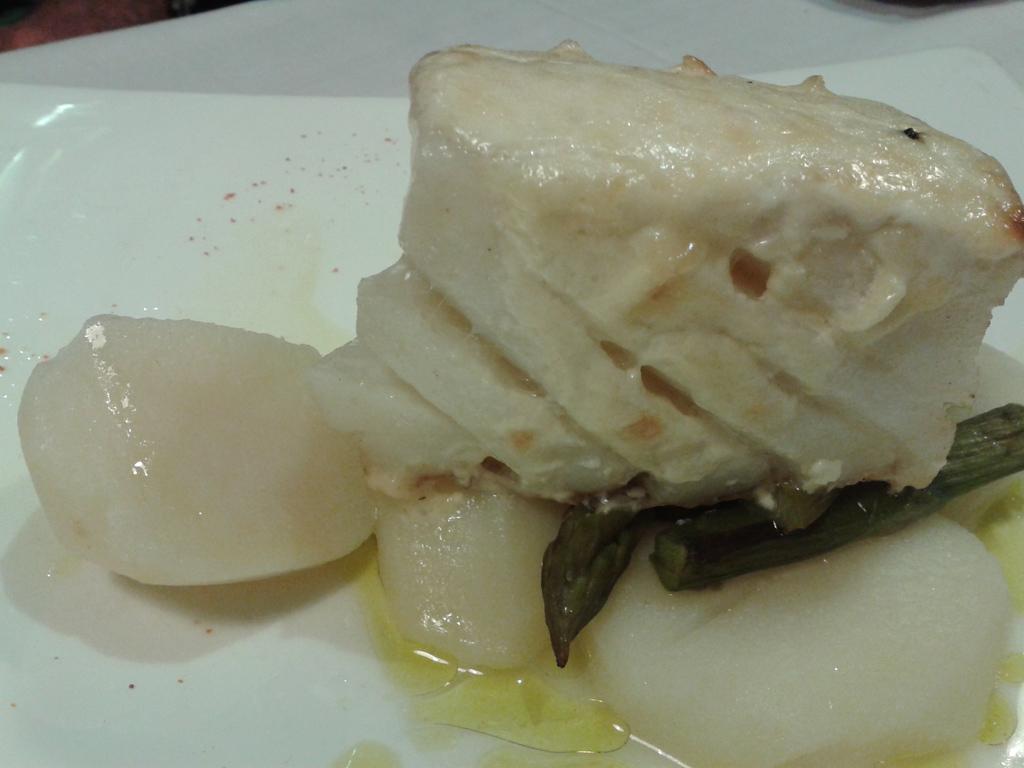 Bacalao gratinado al ajo tostado con patatas de Coristanco y espárragos trigueros