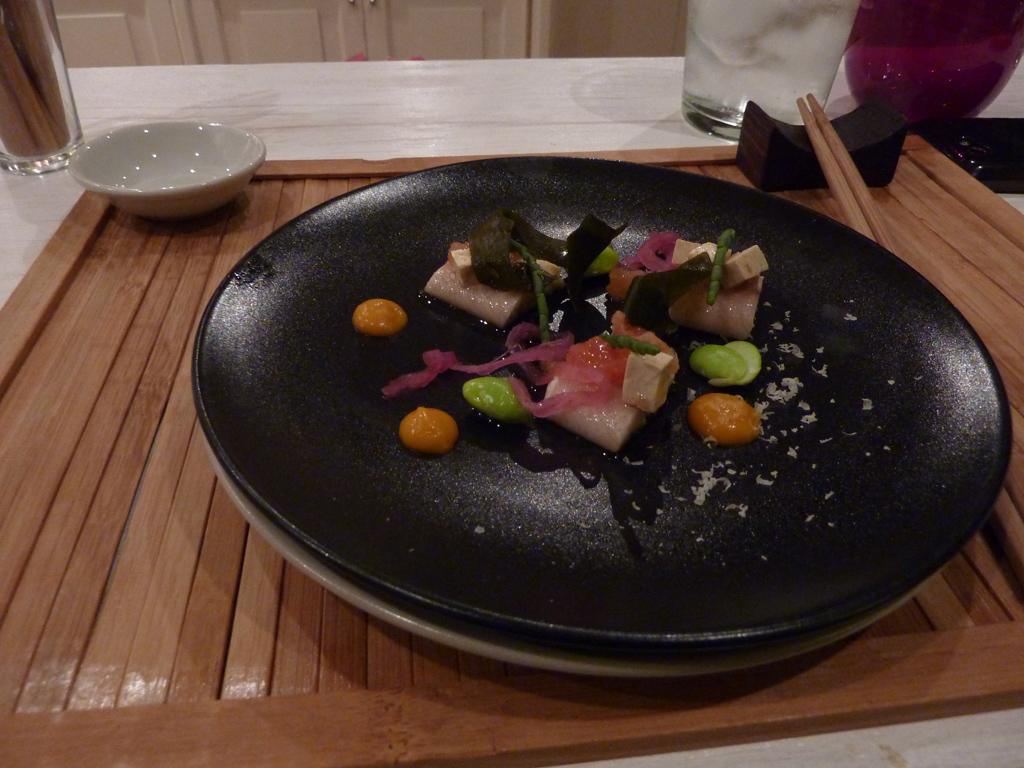 Ensalada-de-anguila-ahumada,-cebolla-roja,-wakame,-tomate-concase-y-pasta