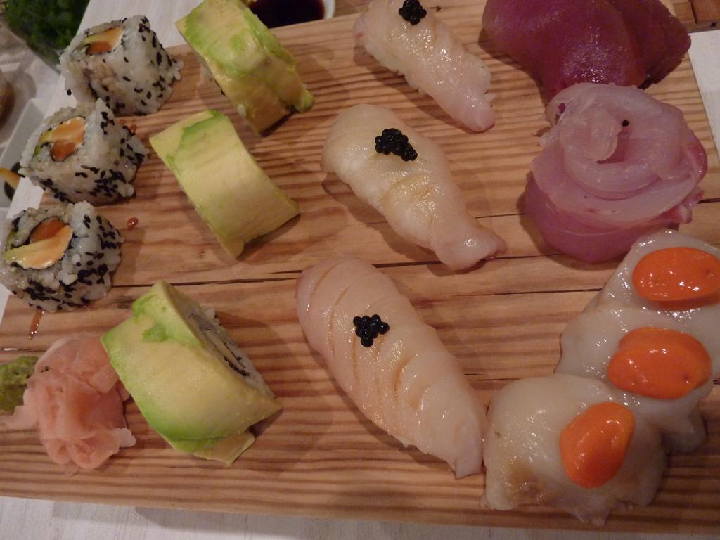 Uramkis de salmón, aguacate y queso, Uramakis de langostino y aguacate, Nigiris de mero, Sashimi atún, vieira y lubina.